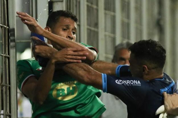 Adriano, do Cruzeiro, e Cristovam, do CSA, se desentendem após o jogo — Foto: Fernando Moreno/AGIF