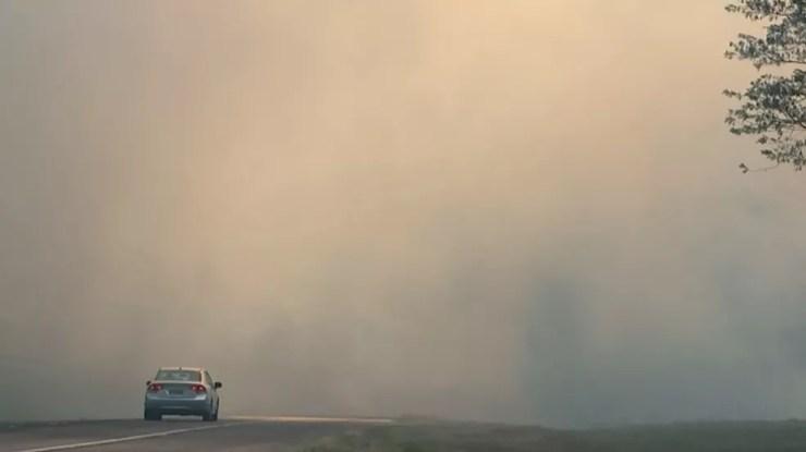 Carro passa por fumaça em rodovia na região (Foto: Reprodução/TV TEM)