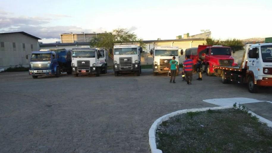 Caminhões foram retidos na BR-232 em São Caetano (Foto: Divulgação/PRF)