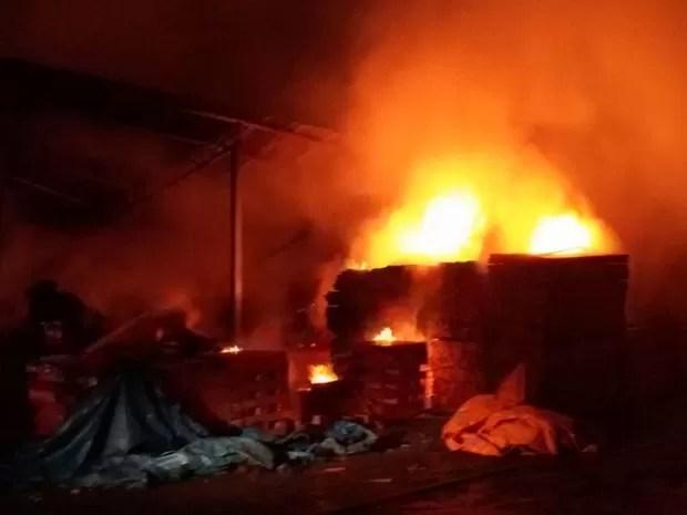 Incêndio destruíu chapas de madeiras armazenadas em galpão. Rio Preto (Foto: Reprodução / Site VotuNews)