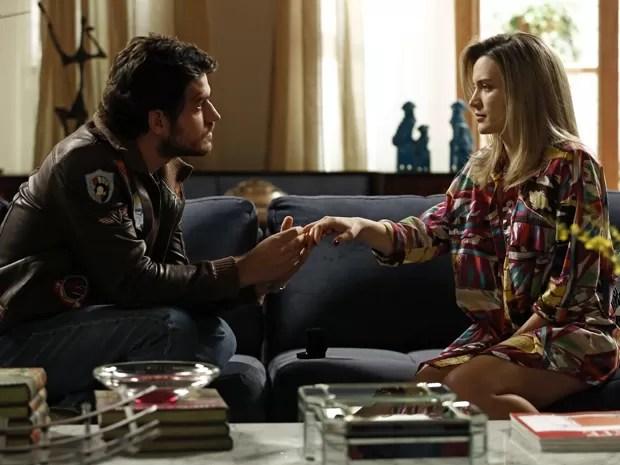 Rafael coloca a aliança no dedo de Vitória  (Foto: Fábio Rocha/TV Globo)