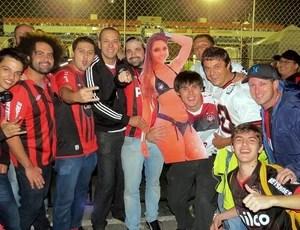 Torcida do Atlético-PR com 'Carol Portaluppi' (Foto: Fernando Freire)