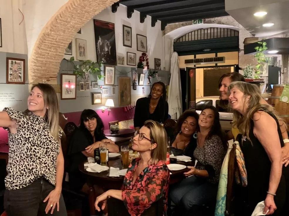 Ângela com as amigas em um bar de Portugal  — Foto: Ângela Muniz/Arquivo Pessoal