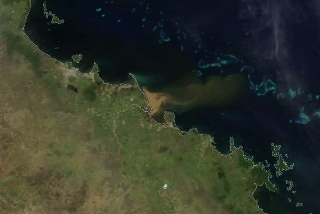 Água poluída está se espalhando pelo oceano (Foto: NASA)