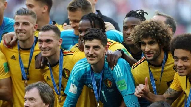 Courtois celebra com companheiros da Bélgica o terceiro lugar na Copa do Mundo