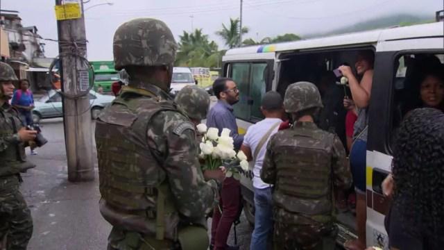 Homens do Exército distribuem rosas para moradoras da Vila Kennedy (Foto: Reprodução / TV Globo)