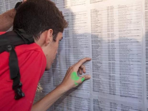 Vestibulando confere em lista da Universidade de Brasília se passou na prova (Foto: Beatriz Ferraz/Secom UnB)