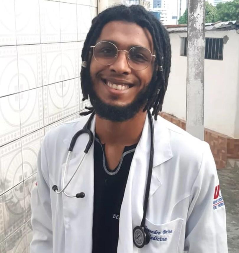 Alesandro Pereira de Brito Filho, de 23 anos, é aluno em medicina na UPE — Foto: Arquivo Pessoal