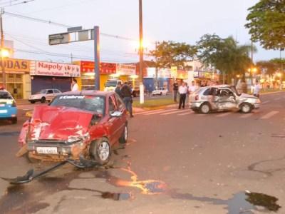 G1 - Jovens morrem em acidente entre carros em Dourados ...
