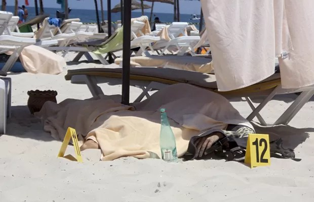 Corpo de turista é coberto após ataquem em praia de Sousse, na Tunísia, nesta sexta (26) (Foto: Amine Ben Aziza/Reuters)