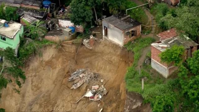 Casa desmorona em deslizamento no Morro da Esperança, Niterói — Foto: Reprodução/TV Globo
