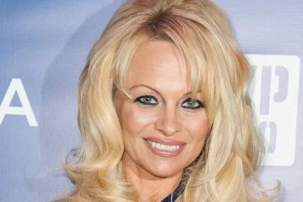 Pamela Anderson: Em 2012, surgiram boatos que a estrela de 'Baywatch' (1989-2001) estaria devendo cerca de 1,1 milhão de dólares para várias construtoras que reformaram sua casa em Malibu. Em fevereiro de 2013, o jornal New York Daily News reportou que Pa (Foto: Getty Images)