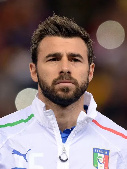 O italiano Andrea Barzagli, como zagueiro, sabe que a impossibilidade de usar as mãos pode render outras ótimas jogadas tanto dentro quanto fora de campo