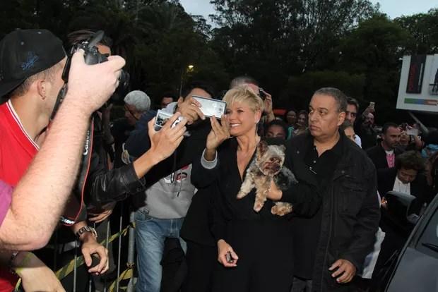 Xuxa é abordada por fãs na chegada ao Parque do Ibirapuera para o SPFW (Foto: Manuela Scarpa/Brazil News)