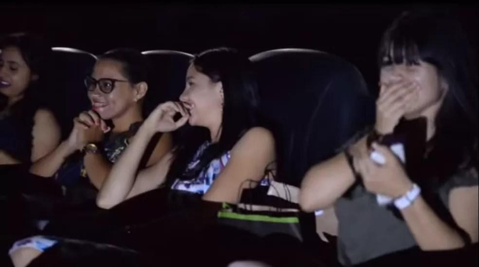 Momento em que Kátia percebe que o trailer na verdade era o namorado a pedindo em casamento (Foto: Youtube/Reprodução)