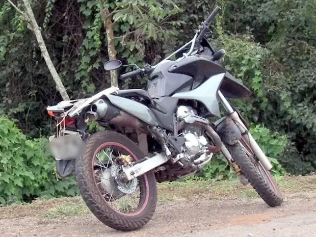 Mecânico morreu após cair de moto e ser atropelado por carreta na Rodovia dos Imigrantes (Foto: Reprodução/TVCA)