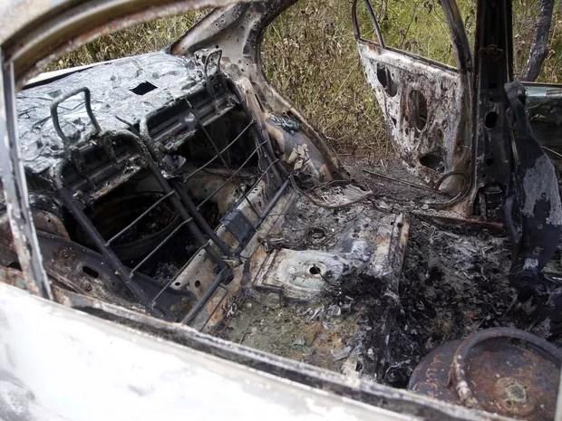 Interior do carro incendiado onde foi encontrado o corpo da cantora Loalwa Braz Vieira, em Saquarema (RJ). O veículo foi encontrado na Estrada da Barreira, no distrito de Bacaxá (Foto: Antonio Carlos/Futura Press/Estadão Conteúdo)