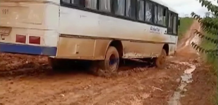 Motorista de ônibus também se arrisca ao passar por trecho  — Foto: TVCA/ Reprodução