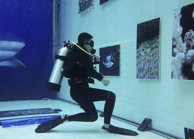 Exposição fotográfica foi realizada dentro de piscina (Foto: Kim Kyung-hoon/Reuters)