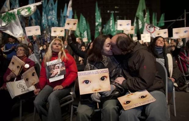 Argentinos comemoram e se emocionam ao ouvir condenação em telão, diante de tribunal (Foto: Natacha Pisarenko / AP)