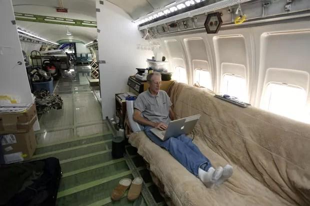 Ex-engenheiro elétrico resolveu em 1999 aproveitar aeronave aposentada  (Foto: Steve Dipaola/Reuters)