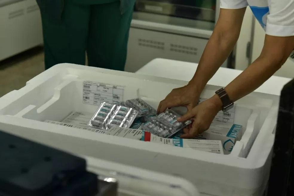Doses foram levadas para o PNI e distribuídas para os municípios do Acre — Foto: Júnior Aguiar/Sesacre