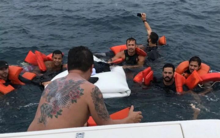 Ocupantes da lancha foram socorridos por outra embarcação após três horas de naufráfio na Bahia (Foto: Divulgação/Graer)