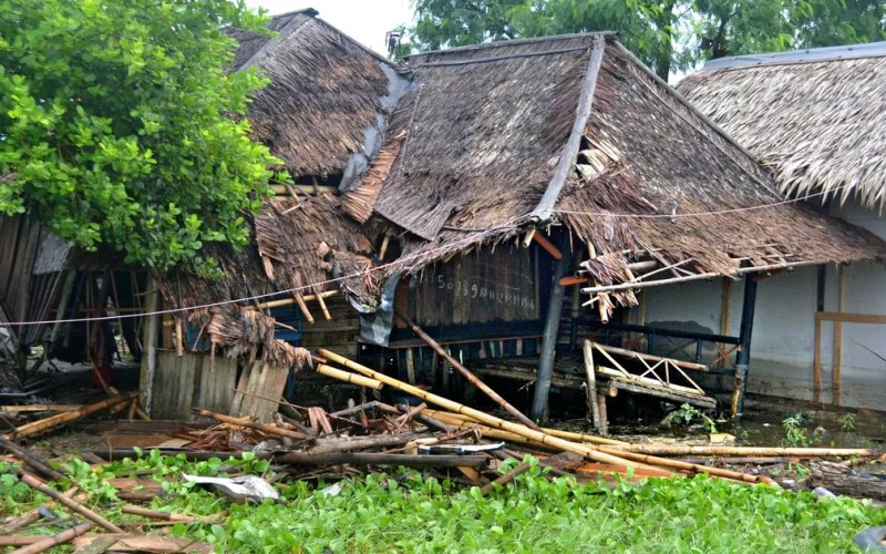 Casa danificada em Pandeglang — Foto: Muhammad Bagus Khoirunas / Antara Fotos / via Reuters