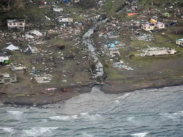 Aldeia destruída na ilha principal de Fiji (Foto: Força Aérea da Nova Zelândia / via AFP Photo)