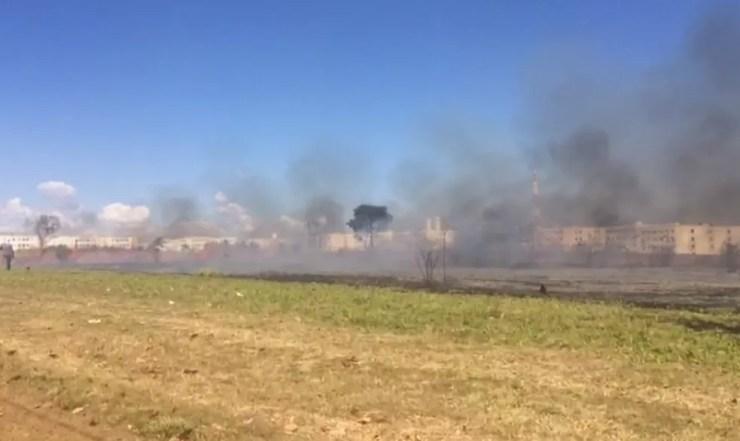 Incêndio atingiu área em bairro de Araçatuba  (Foto: Reprodução/TV Tem)
