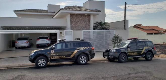 Polícia Federal em frente à casa da tesoureira da prefeitura de Jales — Foto: Janaína de Paula/TV TEM