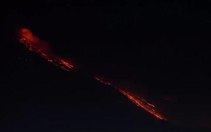 Vulcão Etna, na ilha da Sicília, na Itália, durante erupção na terça-feira (16) — Foto: Reuters/Antonio Parrinello