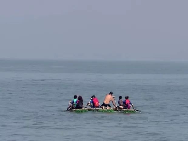 Seis pessoas embarcaram no mar para retirar lixo da água (Foto: Reprodução / TV Tribuna)