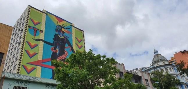 Pintura de 1.365 metros quadrados, da artista Criola, em BH — Foto: Fernanda Torquatto