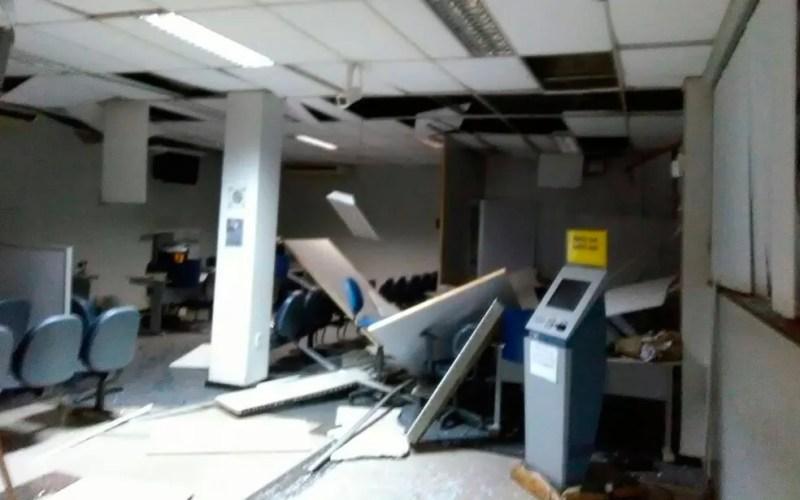 Com a explosão, área interna do banco também foi afetada (Foto: Edivaldo Braga / BlogBraga)