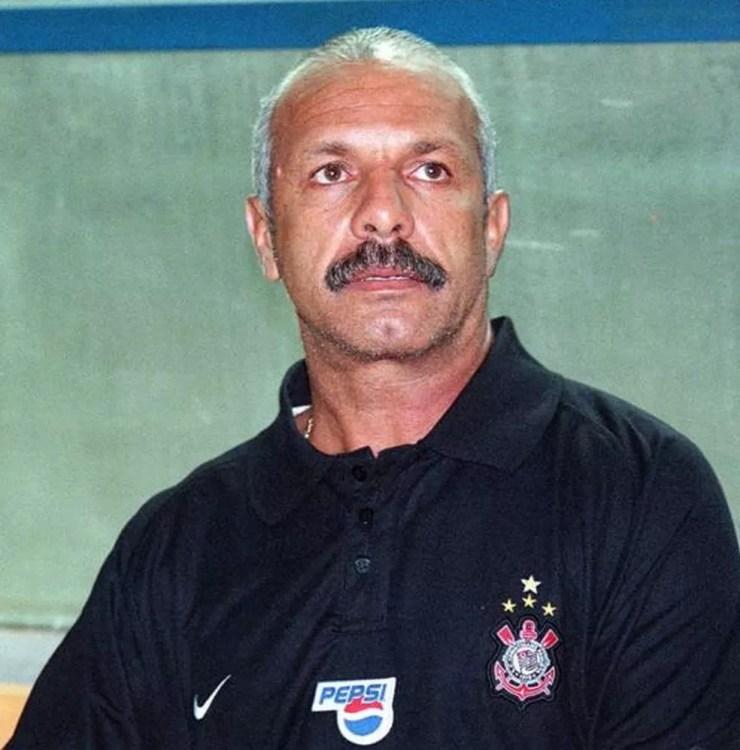 Júnior permaneceu apenas 13 dias no comando do Corinthians em 2003 — Foto: Gazeta Press