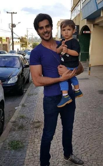 Anderson Tomazini com o filho, Caio (Foto: Reprodução Instagram)