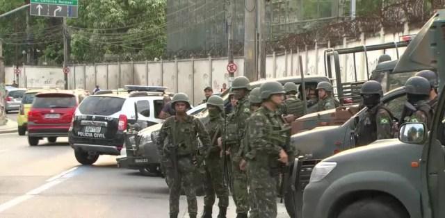 Militares em operação em comunidades do Complexo de São Carlos. (Foto: Reprodução/ TV Globo)