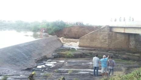 População ficou ilhada já que a ponte era o único acesso a cidade (Foto: Welysson Antônio/Arquivo Pessoal)