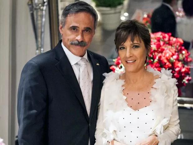 Finalmente! Aída posa orgulhosa ao lado do marido, Nunes (Foto: Salve Jorge/TV Globo)