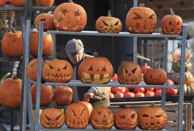 Barraca com abóboras à venda por ocasião do Halloween em Lesznowola, na Polônia — Foto: AP Photo/Czarek Sokolowski