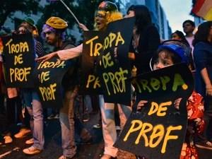 Manifestação reuniu professores e estudantes no centro do Rio de Janeiro. (Foto: Christophe Simon/AFP)