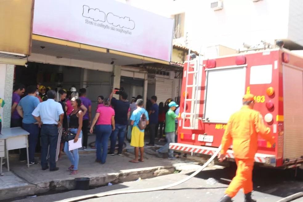 Fogo foi controlado pelo corpo de bombeiros e lojas foram esvaziadas no Centro de Teresina. (Foto: Andrê Nascimento/G1)