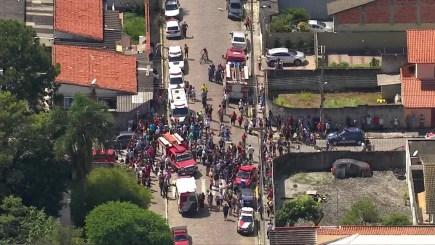 Movimentação em frente à escola Raul Brasil, onde atiradores mataram 5 alunos e 1 funcionário — Foto: Reprodução/TV Globo
