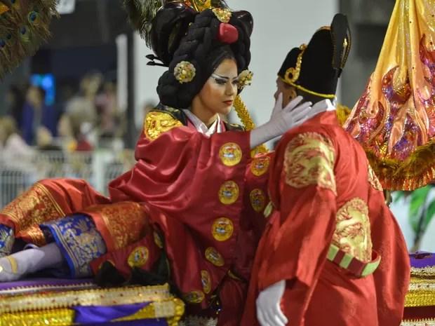 Passista da Unidos de Vila Maria exibe figurino que lembra vestes tradicionais coreanas e atua no sambódromo (Foto: Nelson Almeida/AFP)