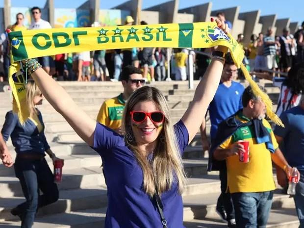 Torcedora comemora classificação do Brasil na saída do Mineirão (Foto: Mateus Baranowski / G1)
