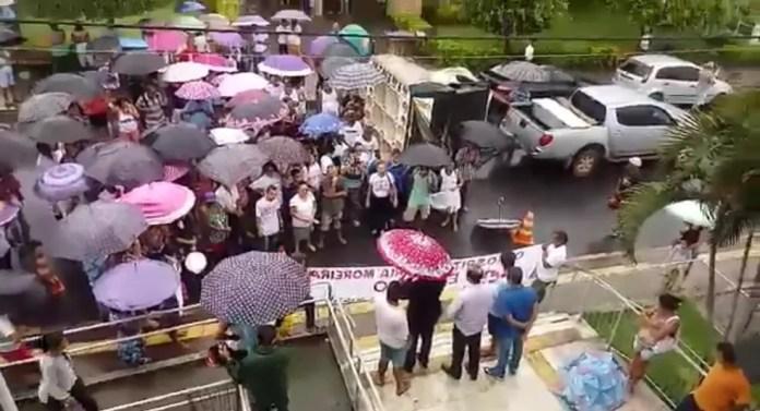 Moradores protestaram na frente do Hospital Maria Moreira Lisboa — Foto: Eliete Pinheiro/Arquivo Pessoal