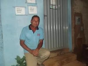 Depois que ouviu o tiro, o morador esperou alguns minutos, verificou se ele realmente estava morte e saiu na porta de casa. (Foto: Marina Pereira/G1)