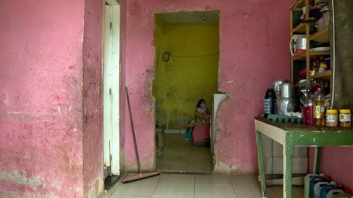 Casa onde vive casal e as cinco filhas, em Cariacica — Foto: Reprodução/ TV Gazeta