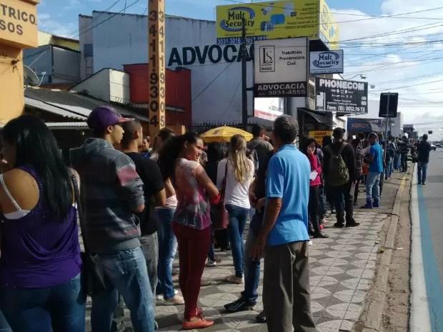 Interessados em vagas de emprego fazem fila em avenida de Sorocaba (Foto: Juliana Furio/TV TEM)